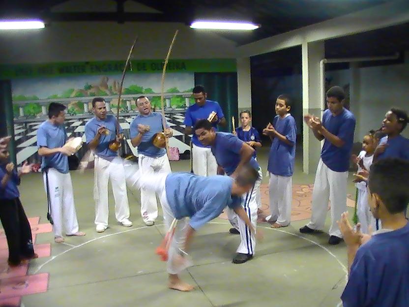 Caetê jogou capoeira de azul pelo Dia Mundial do Autismo