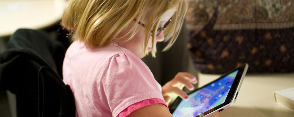 menina com iPad