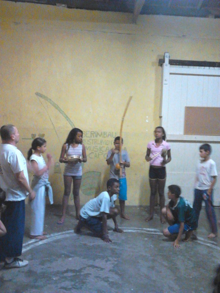 Capoeira para crianças no projeto Caeté